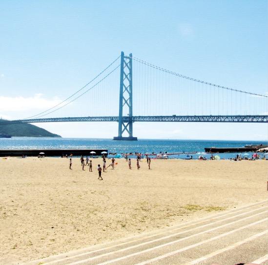 須磨、舞子の砂浜は海水浴客で賑わう
