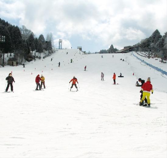 六甲山ではスキーやスノーボードを楽しめる