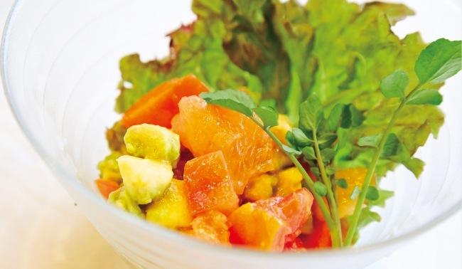 オリーブオイルとグレープフルーツのドレッシングの「アボカドとトマトのグレープフルーツサラダ」(600円)