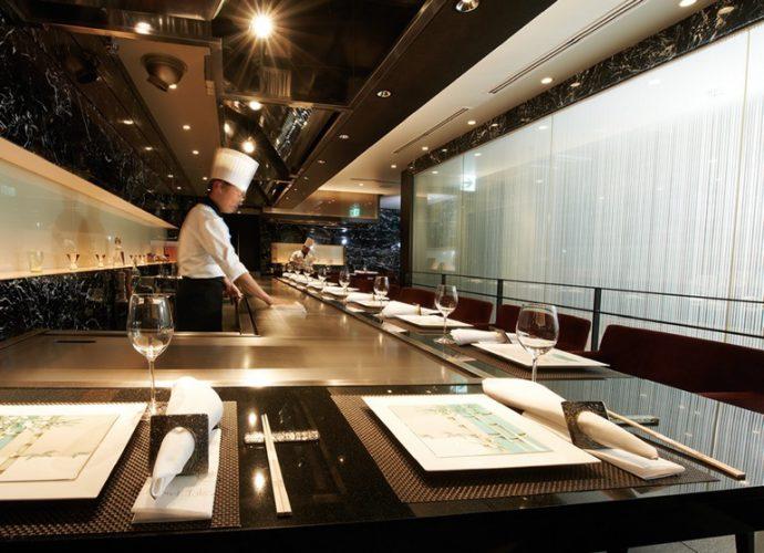 「神戸ビーフ」ではなく「特選但馬牛」を掲げているのは、ブランド名に頼らず、美味しいお肉になるまでのプロセスも含めて「竹園のお肉」として提供しているため。「レストラン あしや竹園」では、シェフが目の前で自慢のお肉を焼き上げる