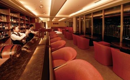 最上階に併設された、隠れ家のようなカフェ&バーからは、芦屋の夜景を一望できる