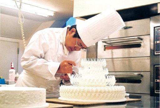 「神戸の洋菓子技術をトップレベルに高めるお手伝いができたと自負しています」と比屋根会長