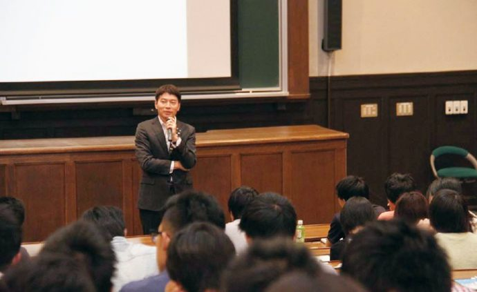 神戸大学での講義。学生が自ら考え人生に活かす「場」を提供する時間であるべきとして、若い世代の成長につながるきっかけ作りに貢献する