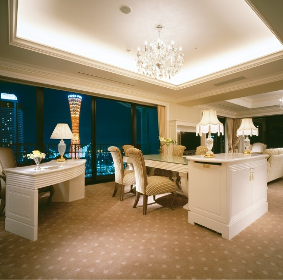 ホテル ラ・スイート神戸ハーバーランドの客室は、落ち着いたゴージャスな雰囲気。刻一刻と様子を変える神戸の夜景も魅力