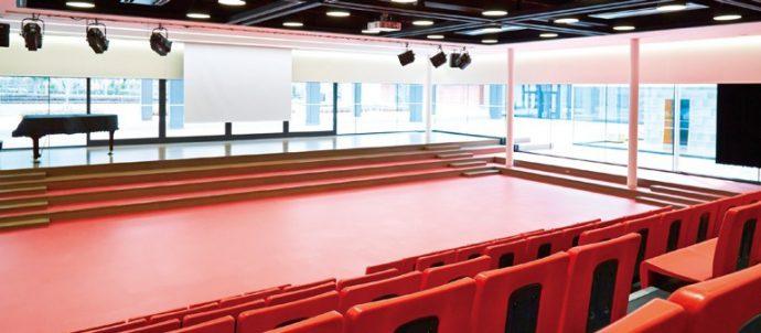 300名の収容をもつ多目的室「プラムホーム」。屋外ステージともつながる