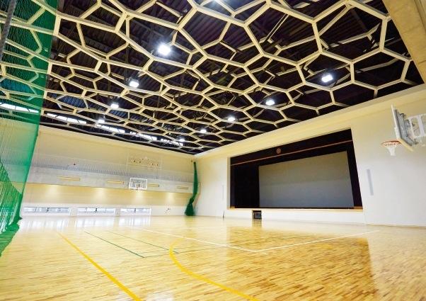天井のデザインが印象的な最先端のアリーナ