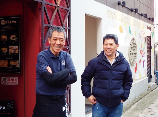 群愛茶餐廳オーナー・施さん(左)と曹さん
