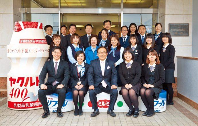 2016年には創立60周年を迎えた兵庫ヤクルト販売。社員とともに、中央が阿部泰久社長