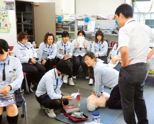 地域見守り活動にも参加。スタッフの多くが市民救命士講習を受講し、9名は救命インストラクターの資格をもつ