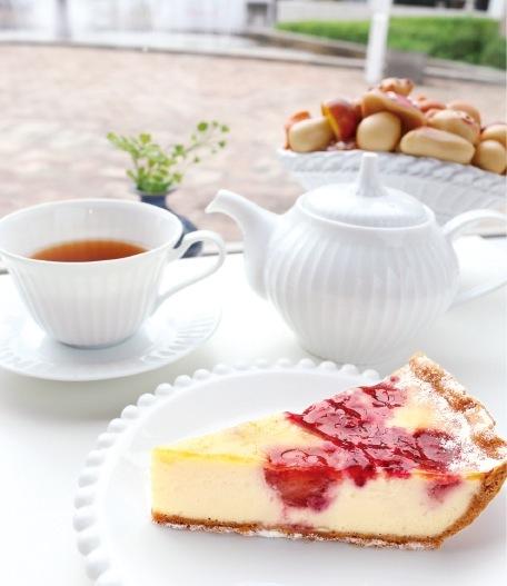TOOTH TOOTH Sea Side Cafeでは、トゥーストゥース自慢のお菓子と紅茶がお出迎え