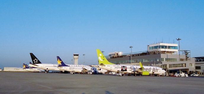 朝焼けに照らされる、神戸空港のターミナルとナイトステイ明けの航空機