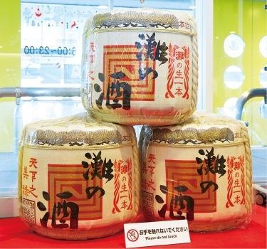 神戸空港内に展示されている、灘の酒樽。かつて樽廻船も、現在の神戸空港のあたりを航路として江戸に灘の酒を運んだ