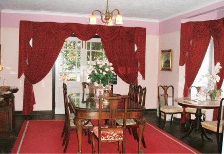 1階ダイニングルーム。異人館として、かつて実際に使われていた家具類の保存・公開もおこなう