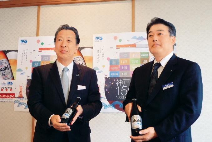岡口副市長(左)に記念ラベルの発売を報告する山本支社長(右)