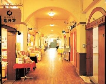 「北野工房のまち」では、小学校の旧校舎に約20の工房が集う