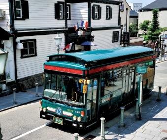 神戸の観光地を廻るシティループ・バス。「走る異人館」をイメージしたレトロなデザインで、一日乗車券を買えば乗り降り自由