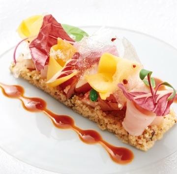 地元の旬の食材に、伝統と革新を取り入れたフレンチを堪能できる