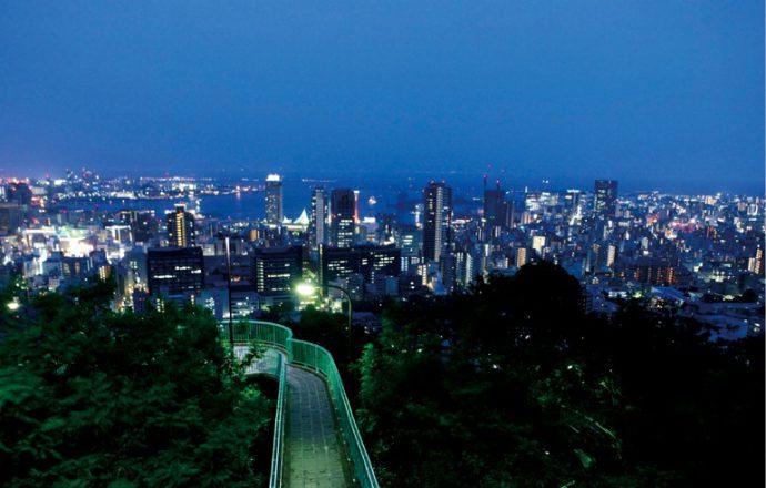 諏訪山展望台からの夜景は、ビル群や港の明かりが目前に広がり迫力満点 ©一般財団法人神戸国際観光コンベンション協会