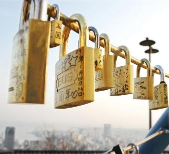 モニュメントに愛し合うカップルが南京錠をつける、ロマンティックなデートスポットでもある
