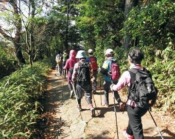 六甲スカイヴィラでは毎月、六甲山の自然を満喫しながら歩く「ノルディックウォーキング」を開催している