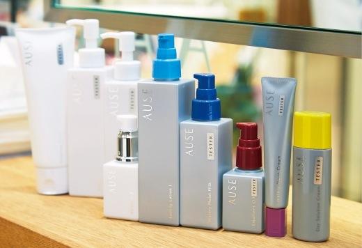 和の色のキャップと持ち運びに便利なシャープなフォルムのボトルも人気のスキンケア「AUSE」シリーズ