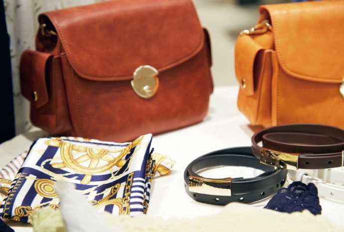 カジュアルにもフェミニンにも使える小物やバッグなども人気