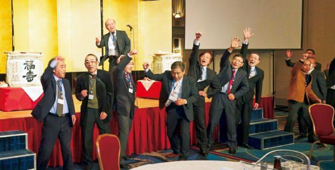 第70世住職を激励するため、「弥栄」を三唱するボーイスカウト神戸第23団OBの皆さん