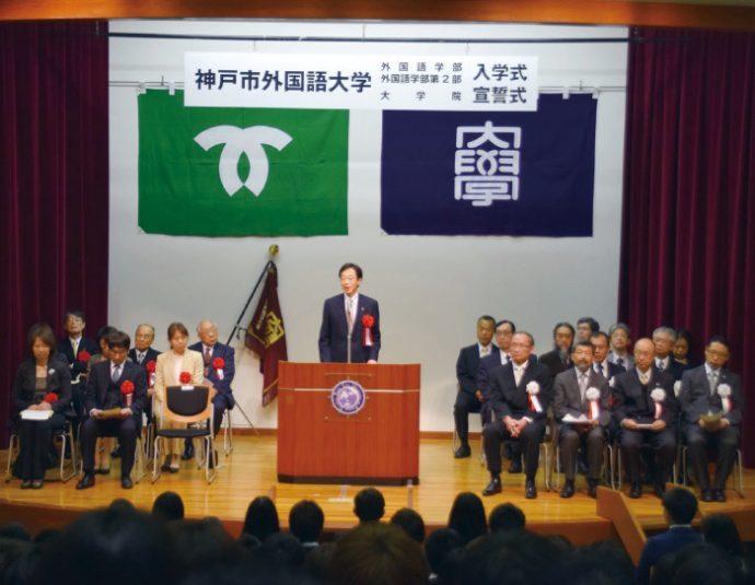 入学式で新入生にメッセージを贈る久元市長