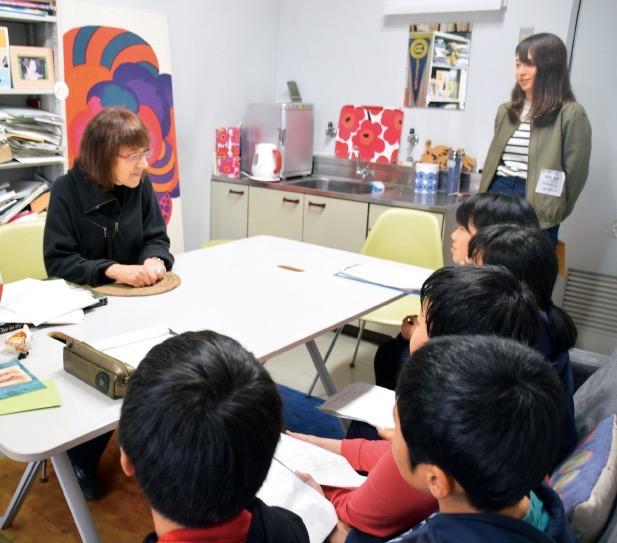 小学生をキャンパスに招く「外大訪問」