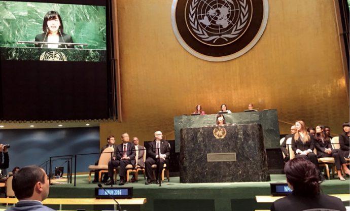 模擬国連世界大会ニューヨーク本大会でスピーチを行う谷さん