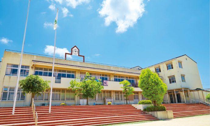 市立東町小では、児童たちが神戸市外国語大学で英語に触れる機会を提供する
