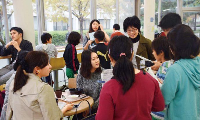 子どもたちは、キャンパス内で出会う先生や日本人、外国人の学生にインタビュー