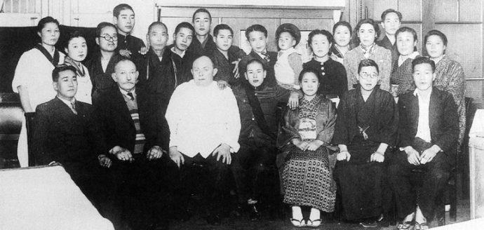 日本の洋菓子発展に大きな功績を残したフロンドリーブさん(前列の白い服の人物)。昭和13年(1938)