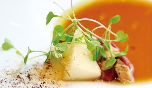 北海道産アンガス牛のローストビーフは肉汁と黒コショウのソースで。牛・豚・鹿・仔牛肉ミンチの豚あみ脂包み焼き