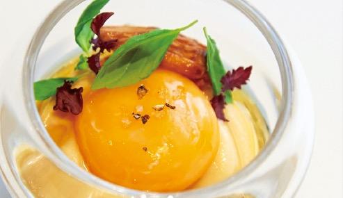 フォアグラのフォンダン、とろけるような焼きいも、ジロール茸に卵黄のコンフィをのせ、リンゴ果汁の蜜を添えて