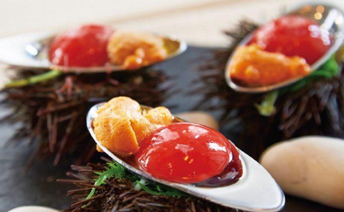 小さなアミューズ。表面を薄く凍らせたトマトのガスパッチョとウニのレモン塩添え
