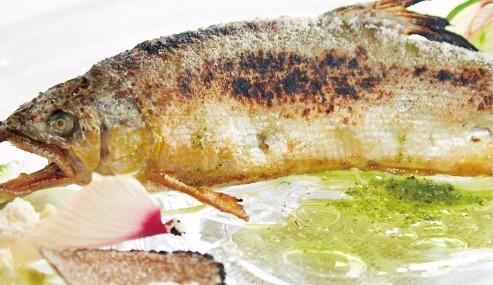 前菜。開いて骨を抜き、内臓をペースト状にしたものを詰めて焼いた鮎に、オクラの花とオリーブオイルパウダーなどを添えて