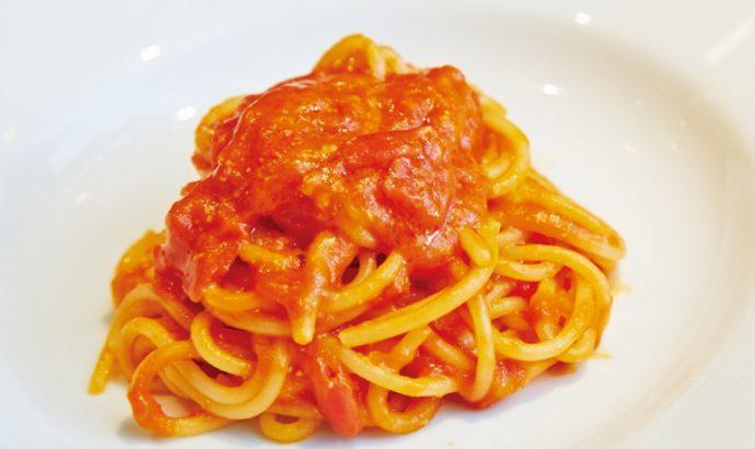 麺のもちもちとトマトの濃厚な甘みが絡み合う徳島県鎌田農園のフルーツトマト桃果(ももか)を使ったフレッシュトマトソースのスパゲッティ(1,680円)※価格はハーフサイズ税別