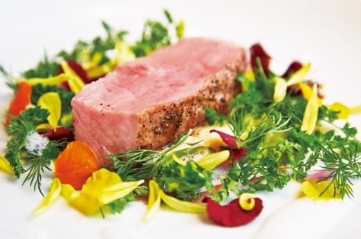 フランス産乳飲み子牛のゆっくりロースト 水牛のモッツァレラのソースと春野菜と一緒に(3,980円)