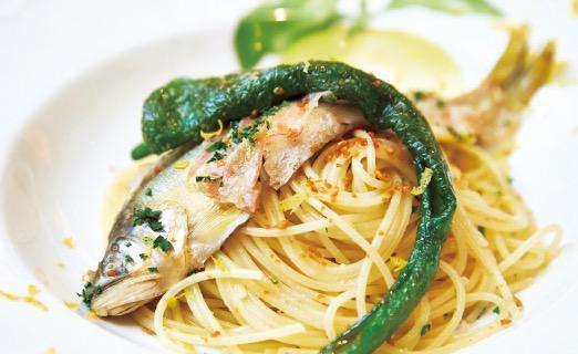鮎のコンフィと万願寺とうがらしのスパゲッティ。身をほぐしながら食べれば、夏の香りが広がる。