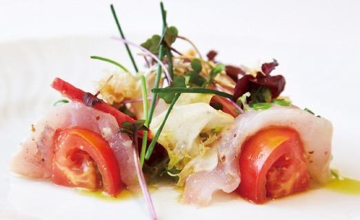 前菜は甘鯛のカルパッチョ。色とりどりの野菜と揚げた鱗を花のように散りばめ、デザイン的にも秀逸だ