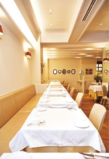 ゆったりと広々とした店内。テーブル席32席、カウンター席6席、20名までが利用できる個室を備える