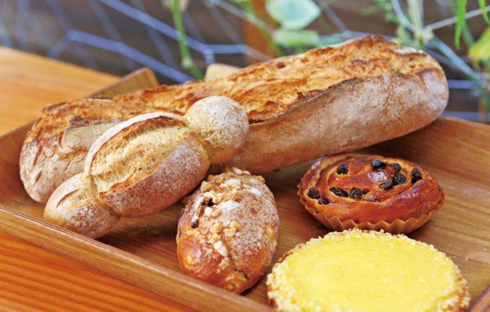 焼きたてのバゲットや菓子パンなど豊富な種類のパンが並ぶ