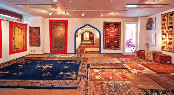 「シルクロード絨毯ミュージアム」では歴史的に価値のある絨毯に触れることができる