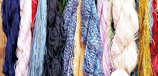 織糸の味わい深い色合いは、草木染めによるもの
