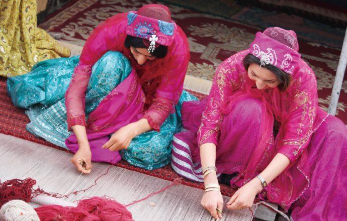春先の羊毛を紡ぎ、しっかり織りこむことでしなやかで丈夫な絨毯ができる