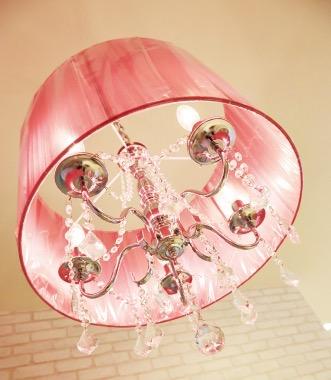 ピンクの照明がアクセントに