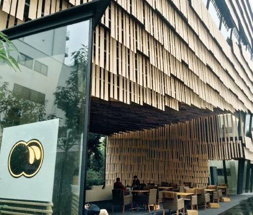斬新なデザインの外観は建築家であり東大で教鞭をふるう隈研吾氏によるもの