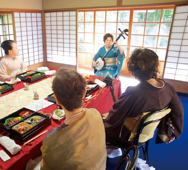 食事会では三味線の演奏が披露された(撮影:浮田輝雄)