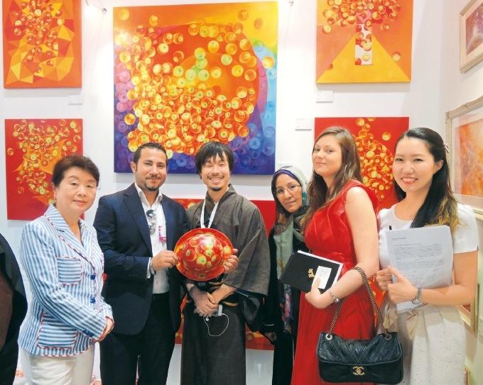 世界のトップアーティストが結集。右から3人目が、アラブの女性初の博士号を取得したナジャット・マッキーさん